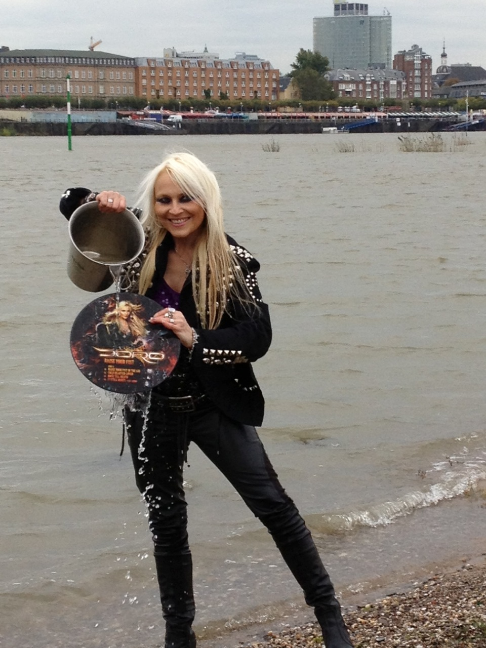 Doro tauft ihr Album RAISE YOUR FIST...