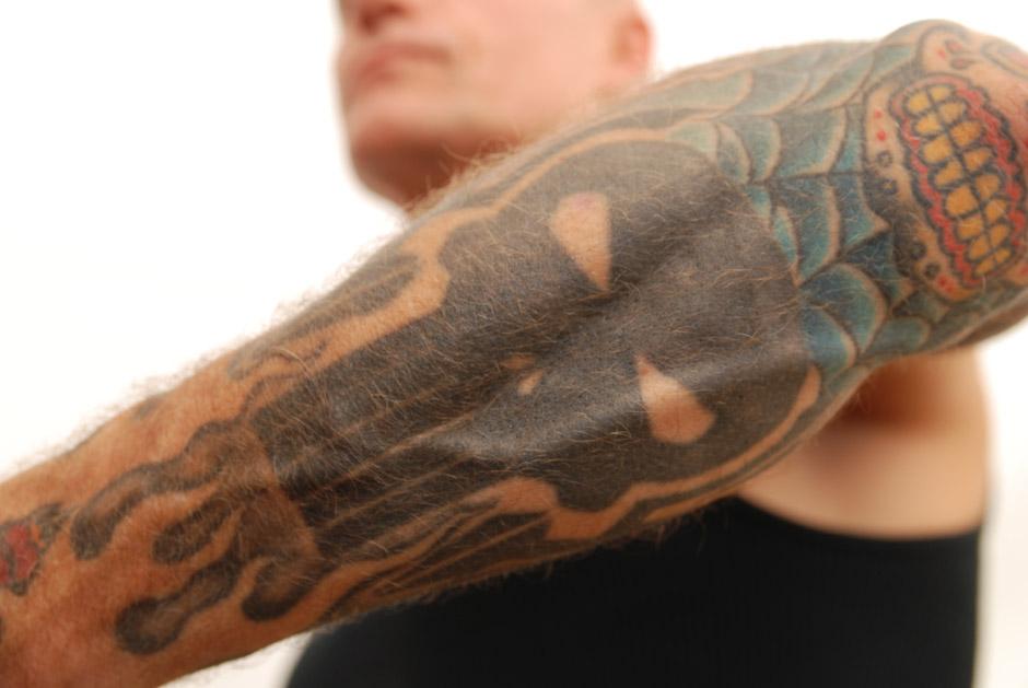 Peter Koller von Sick Of It All zeigt seine Tattoos