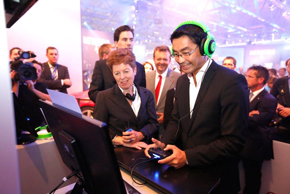 Bundeswirtschaftsminister Dr. Philipp Rösler eröffnete auf dem Electronic Arts-Messestand die gamescom 2013