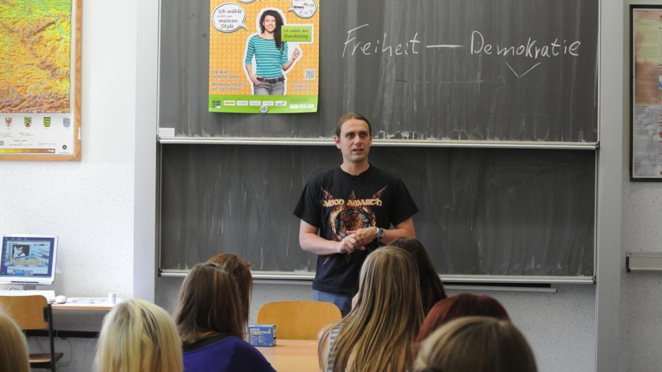 Maik Weichert gibt eine politische Vertretungsstunde für Jugendliche.