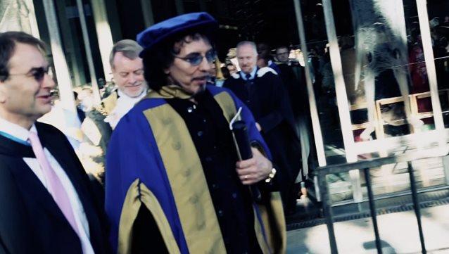 Tony Iommi von Black Sabbath hat wohl keinen Doktor in 'Heavy Metal' (wenngleich ihm sicher einer zustehen würde), dafür aber einen Ehrendoktortitel