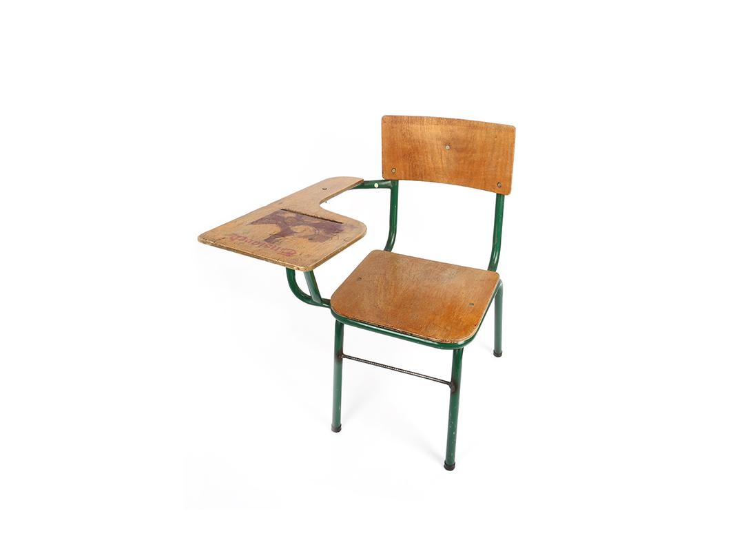 Für sein Projekt 'Damn right! Norwegian wood?' zeichnete Humberto Junca auf alte Schulbänke.