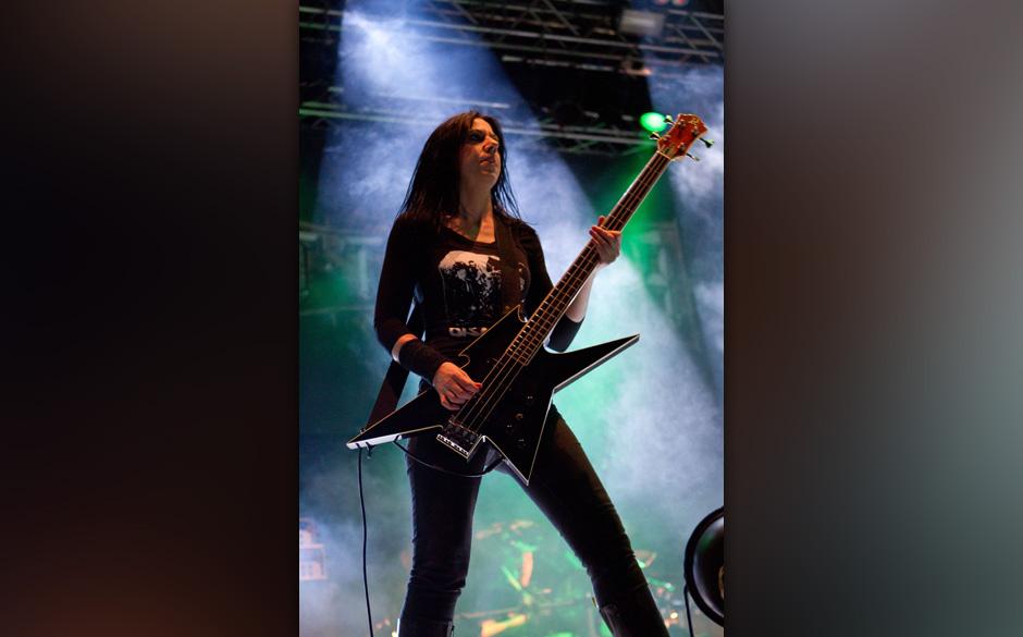 Die 30 wichtigsten Frauen im Metal Mit Jo-Anne Bensch steht seit den Anfangstagen 1987 eine Frau am Bass der Death Metaller Bolt Thrower.