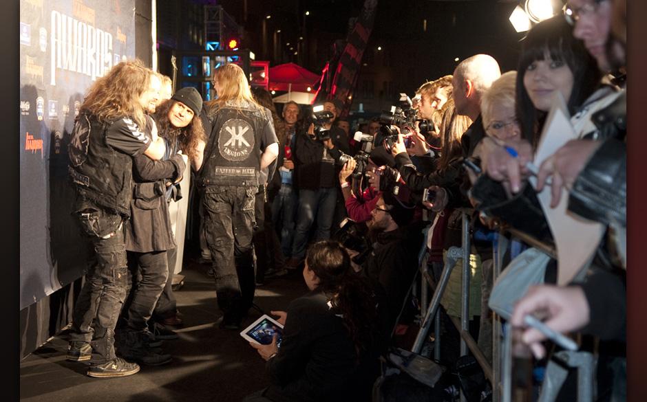Stifte und Kameras sind gezückt: auf dem Schwarzen Teppich nehmen sich die Gäste Zeit für Fans und Presse.