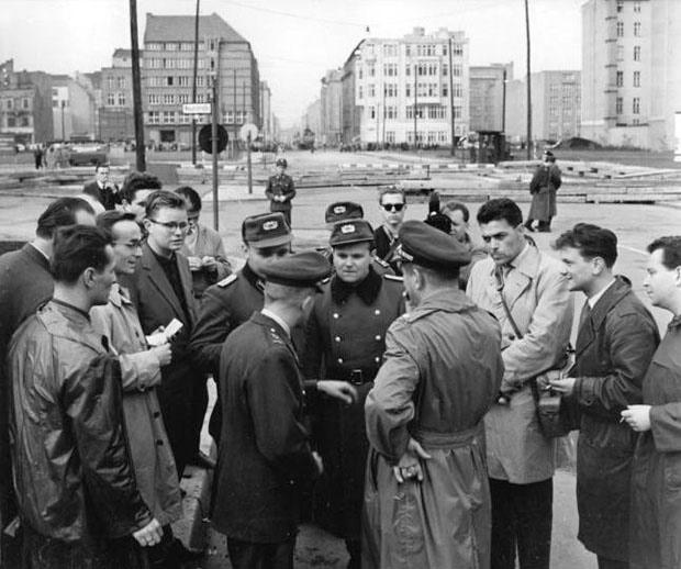 Bau der Berliner Mauer 1961