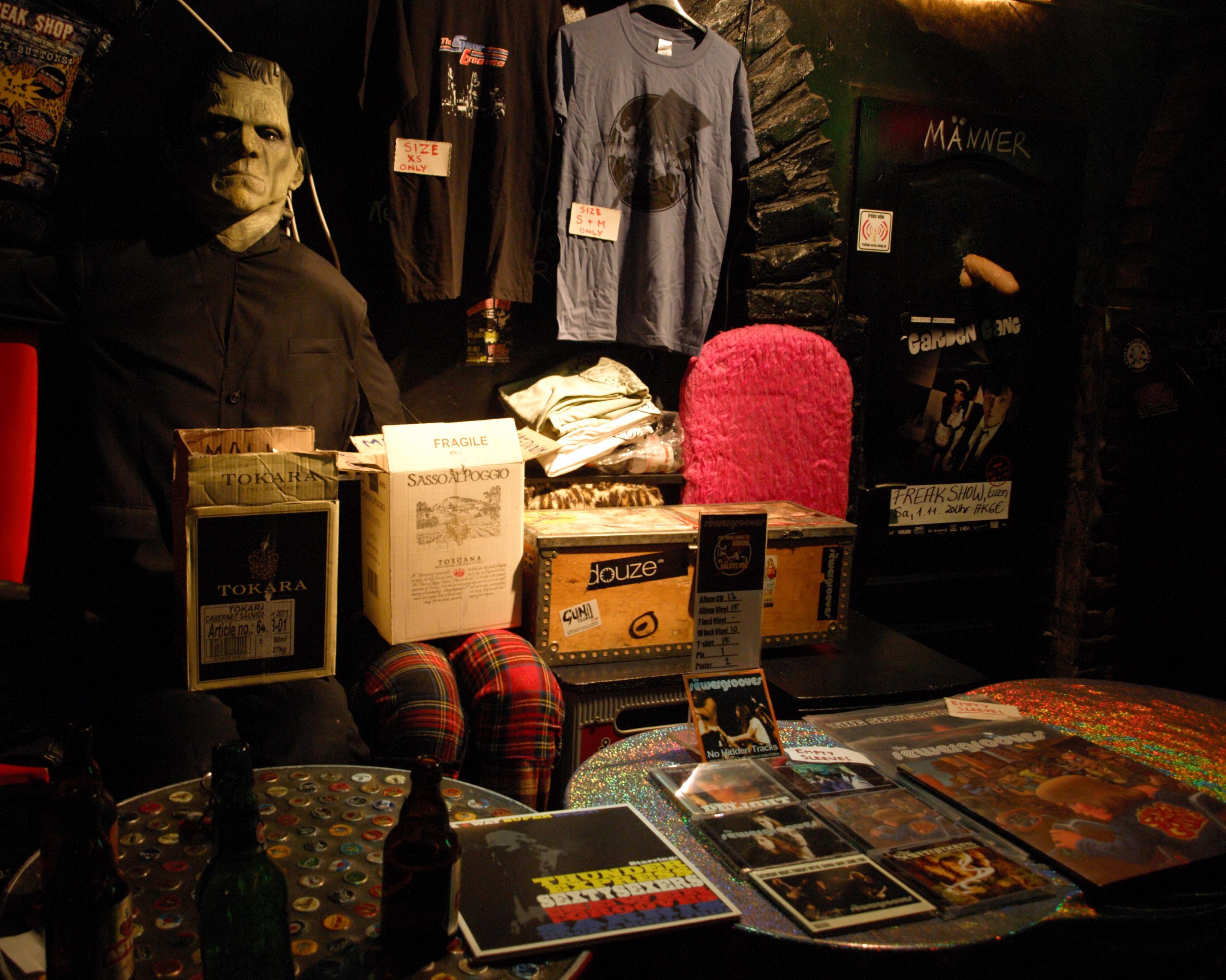 Das Sewergrooves-Merchandise ist aufgebaut - Frankenstein gehört zur Freak Show.
