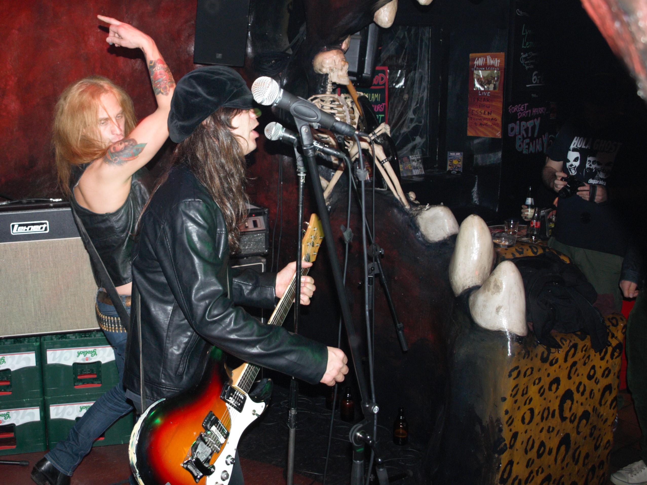 Sewergrooves-Bassist Andreas Broman schwingt den Mittelfinger bei 'I Don't Know'.
