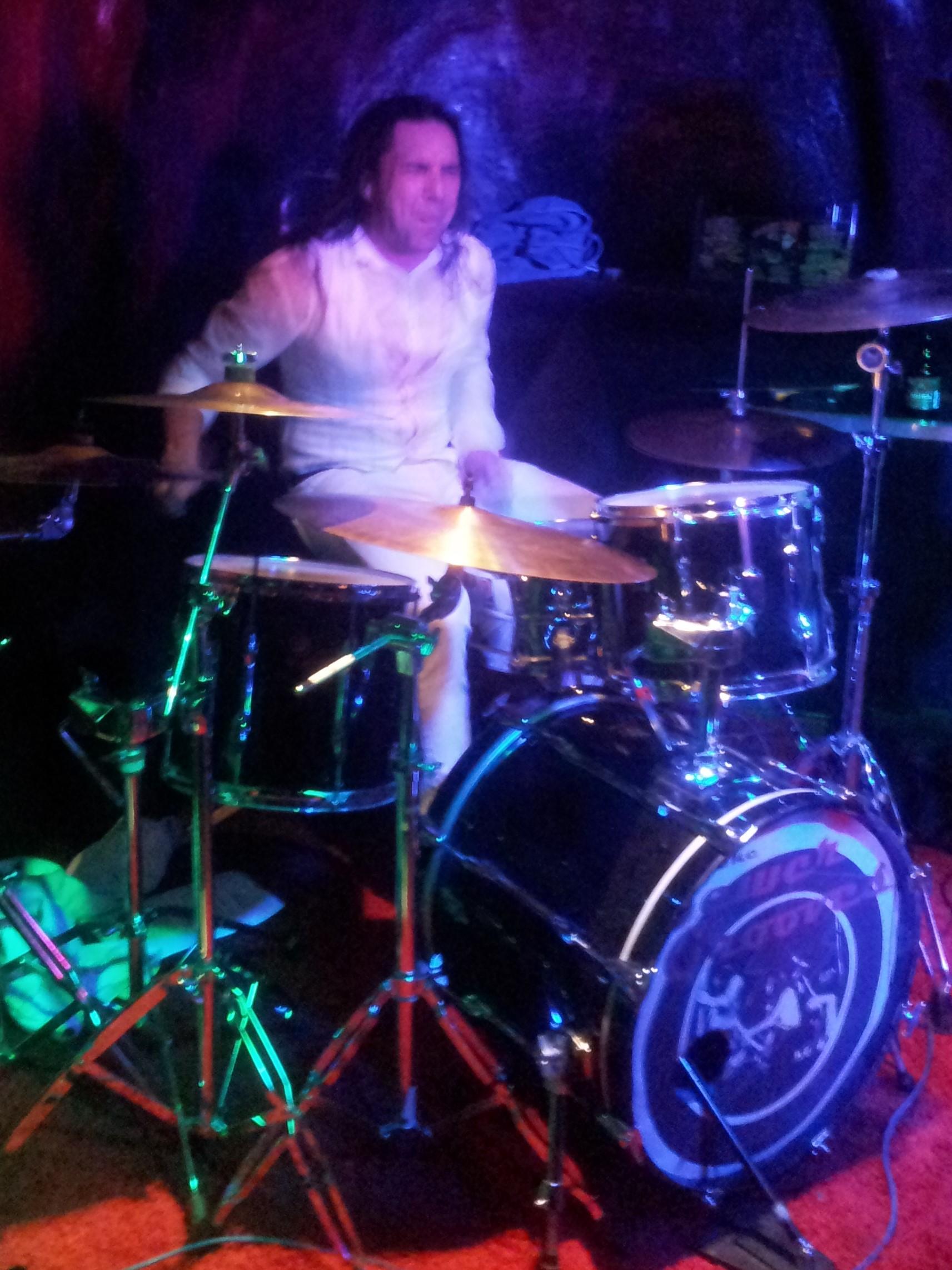 Sewergrooves-Schlagzeuger Tero zeigt wie immer hohen Einsatz.