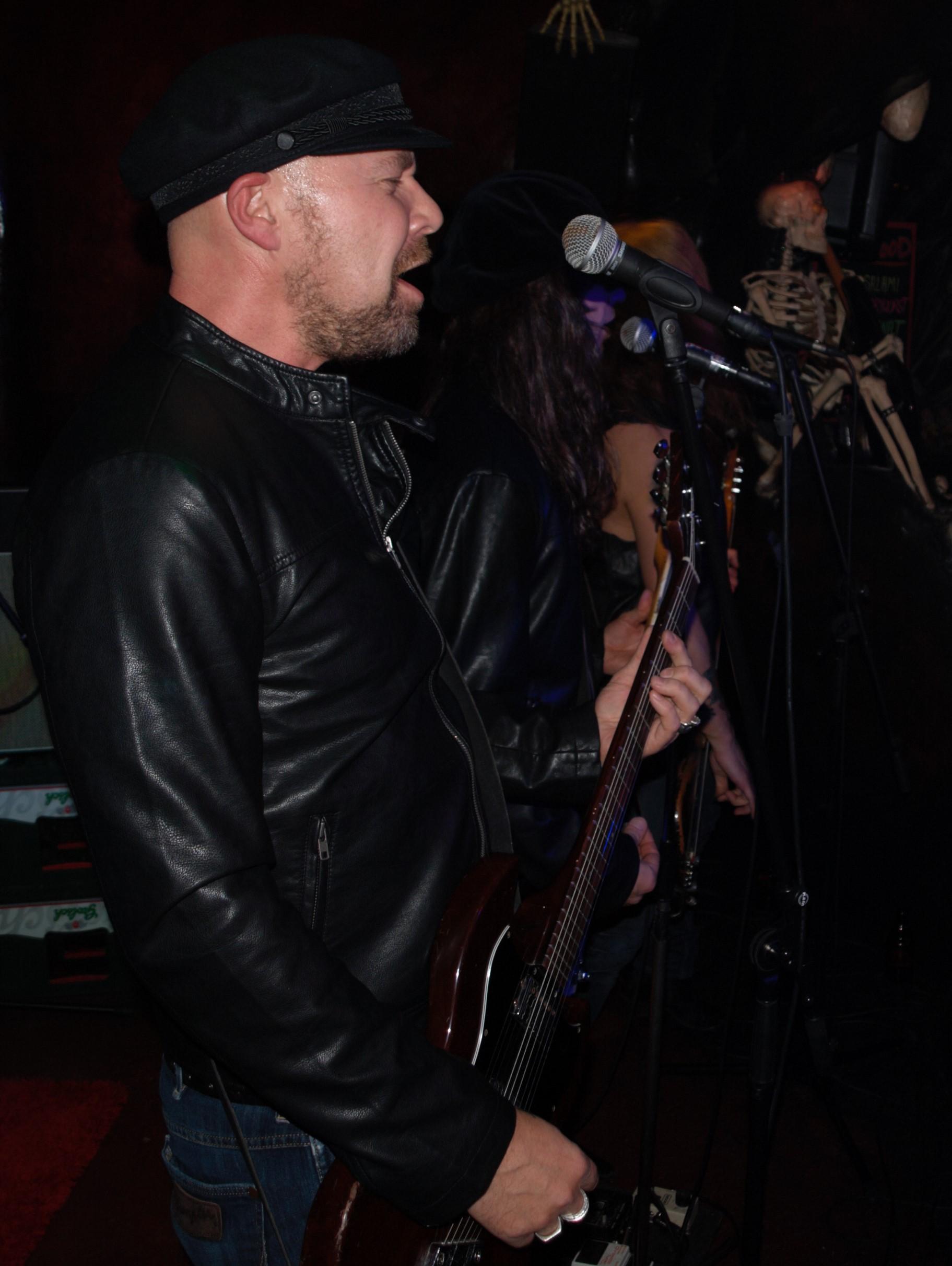 Gitarrist Packe liefert die Backings bei der Hit-Single 'Saturday Night, Tonight We Gonna Have Some Fun'.