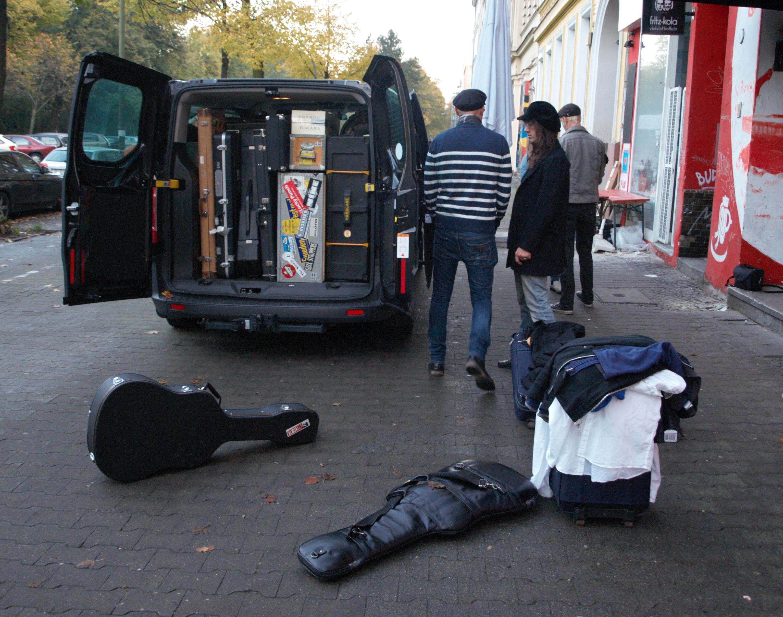 Nach einem durchaus erfolgreichen Tag in Berlin, beladen die Sewergrooves ihren Tour-Bus und machen sich auf den Wegnach Luth