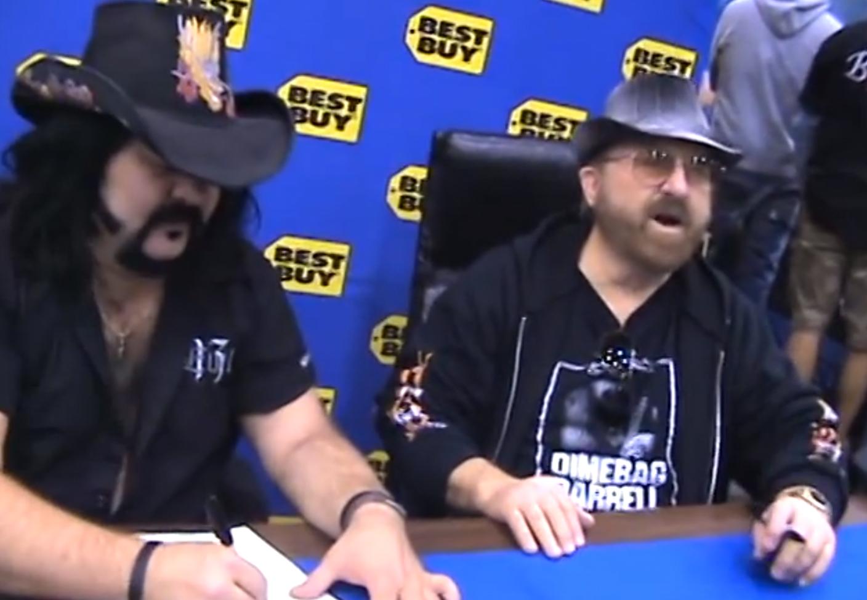 Vinnie Paul und sein Vater Jerry Abbott bei einer Autogrammstunde für OVER MY LEFT SHOULDER