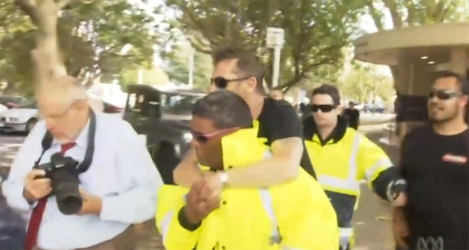 Phil Rudd lässt sich von seinem Wachmann zu seinem Auto tragen (26.11.14)