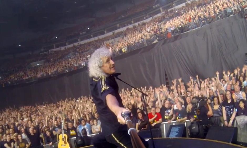 Queen-Gitarrist Brian May macht mit Selfie Stick Aufnahmen seiner Fans