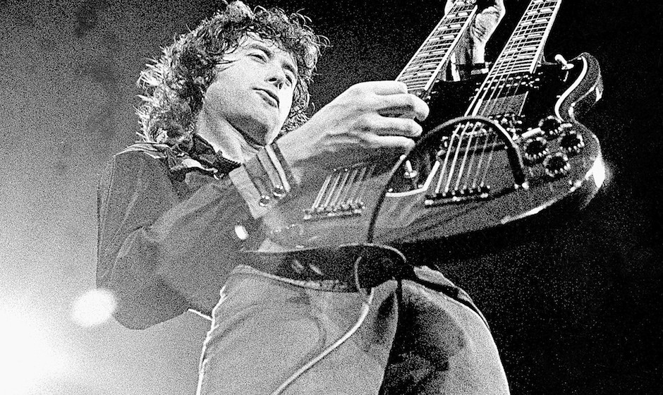 UNITED STATES - JUNE 01:  Photo of Jimmy PAGE; guitarist with Led Zeppelin  (Photo by Robert Knight Archive/Redferns)