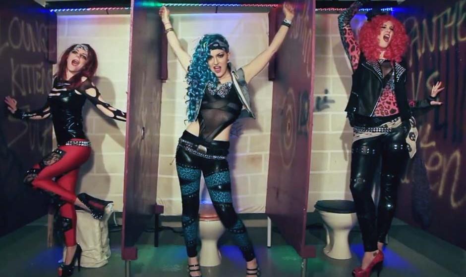 The Lounge Kittens in ihrem Video zum Cover von Steel Panthers 'Gloryhole'