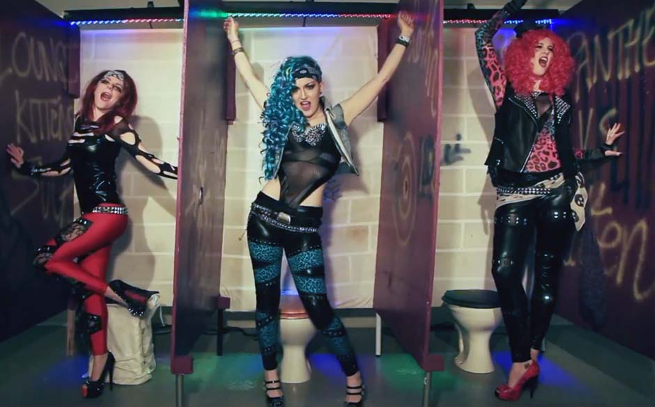 The Lounge Kittens in ihrem Video zum Cover von Steel Panthers 'Gloryhole'