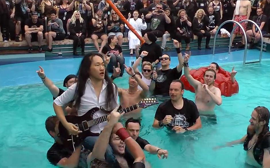 Herman Li (Dragonforce) spielt Gitarre im Pool während der Full Metal Cruise