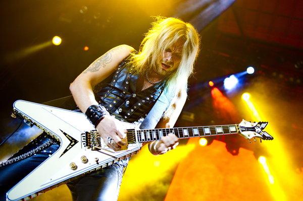 Richie Faulkner (Gitarre), 'JUDAS PRIEST', Redeemer Of Souls Tour 2015, Konzert in der Arena am 09.06.2015, in  Berlin, Germa