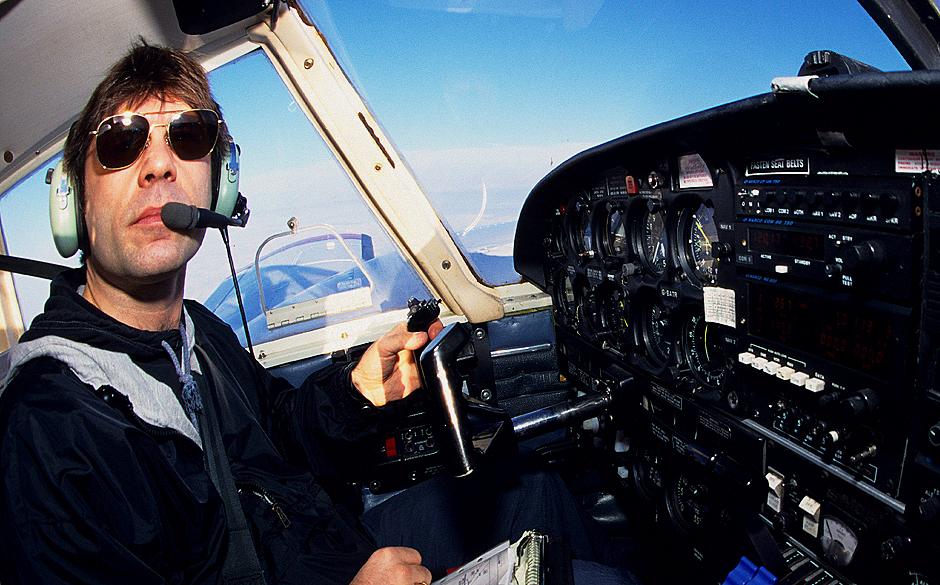 Bruce Dickinson im Jahr 1998 am Steuerknüppel eines Flugzeuges