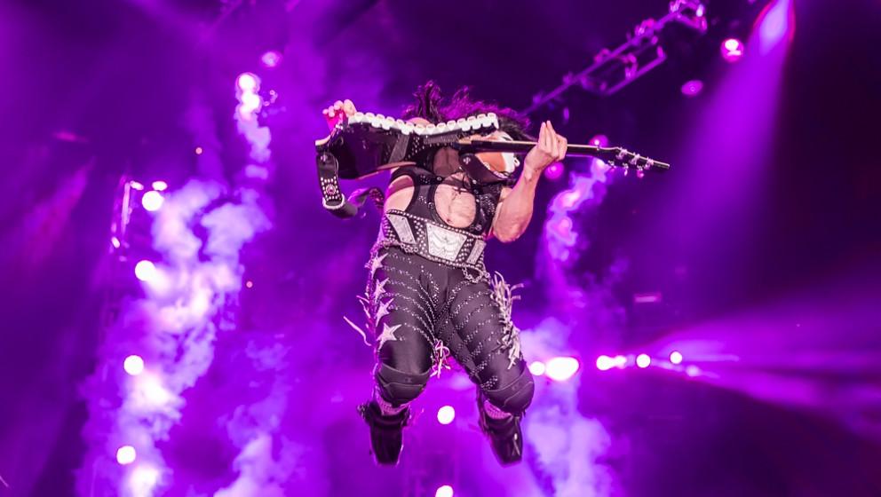 W: W.A.S.P.  Kurz nachdem Ace Frehley im Jahr 1982 Kiss verlassen hatte, flog er nach Los Angeles, um die ersten Demotapes vo
