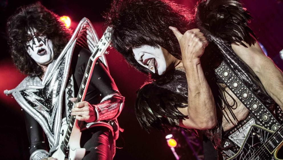 """F: FUCK  Bevor sich die Band 1973 Kiss taufte, überlegten sie sich unter anderem Namen wie """"Albatross"""", """"The Crimson H"""