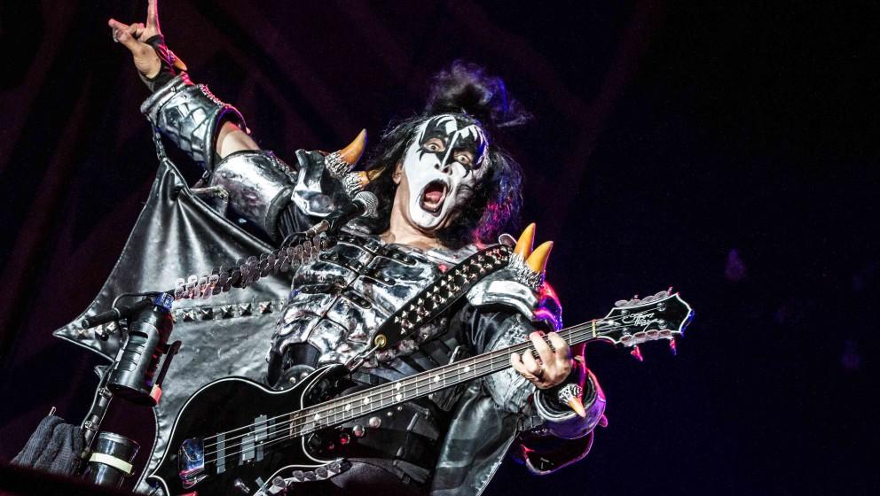 C: COVER  Es gibt sechs Album-Cover von Kiss, auf denen Band-Mitglieder zu sehen sind, die entweder gar nicht auf dem Album s