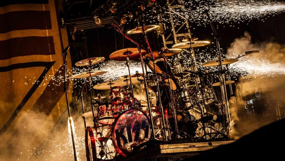 J: JIMI HENDRIX  Ace Frehley war Drumroadie für Mitch Mitchell beim letzten Konzert von Jimi Hendrix im Madison Square Garde