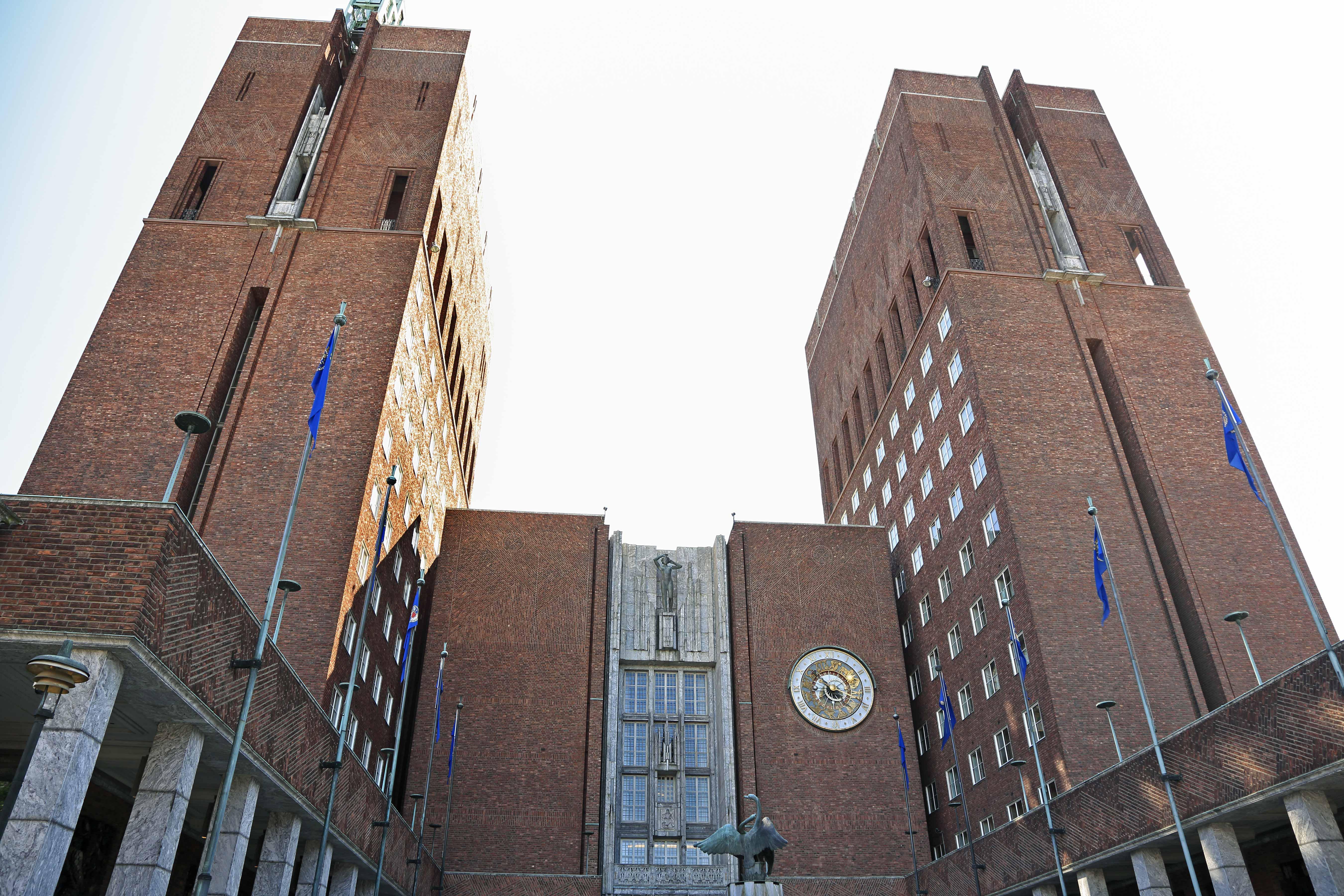 Das Rathaus mit seinem Glockenturm in Oslo, Norwegen.