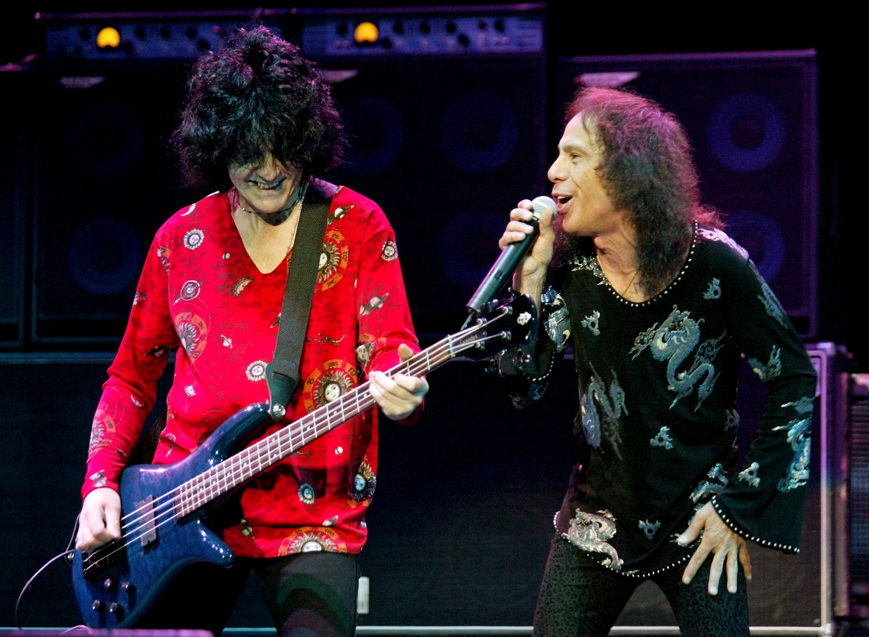 Bassist Jimmy Bain (L) und Sänger Ronnie James Dio am 31.05.2002 bei einem Dio-Konzert in Las Vegas, Nevada.