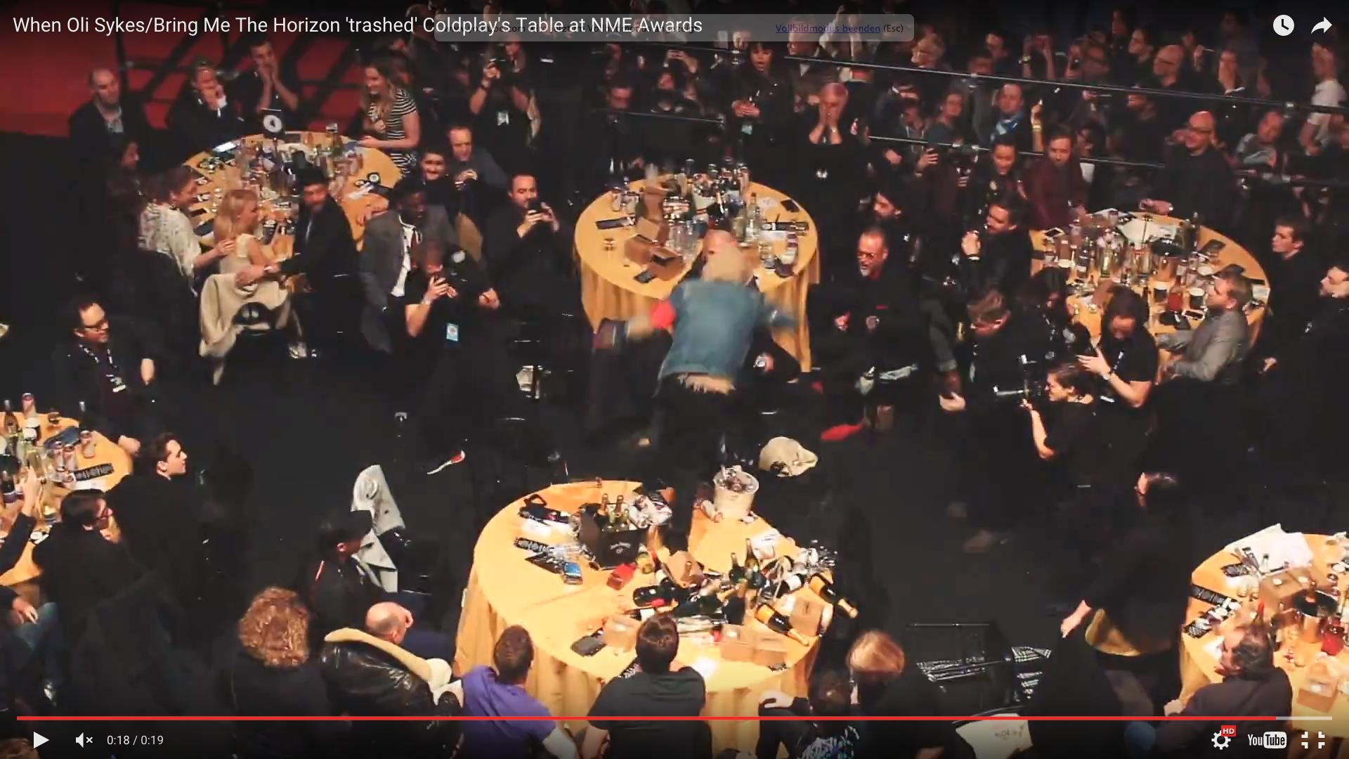 Oli Sykes macht den Coldplay-Tisch kaputt.