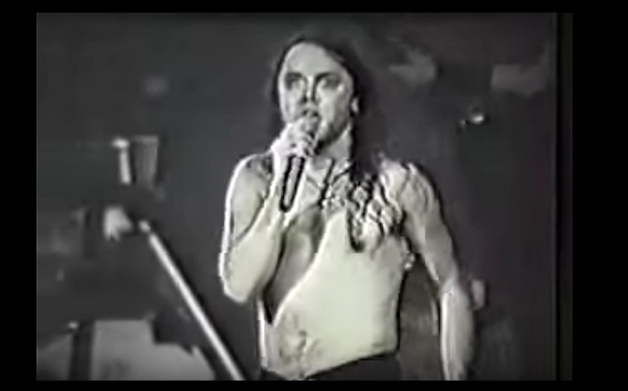 Lars Ulrich singt 'Am I Evil?' bei einem Metallica-Auftritt, irgendwann in den Achtzigern.