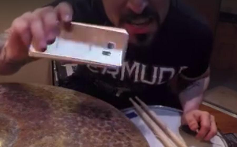 Voller Hass aber mit einem irrwitzigen Video: Michael Levine hat eine Botschaft für seinen Handy-Anbieter!