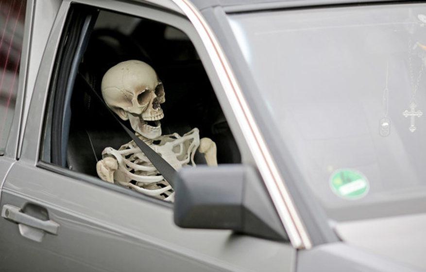 Ein Skelett 'sitzt' auf dem Beifahrersitz in einem Leichenwagen auf dem Wave-Gotik-Treffen (WGT) am 14.05.2016 in Leipzig (Sa