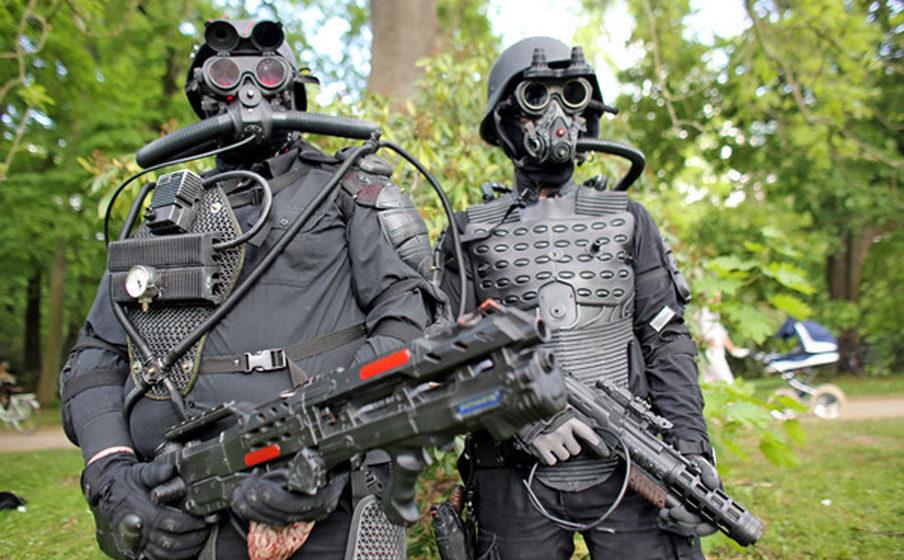 Jens aus Hessen (l) und Stefan aus Bayern gehen in martialischer Montur während des Wave-Gotik-Treffens (WGT) am 13.05.2016