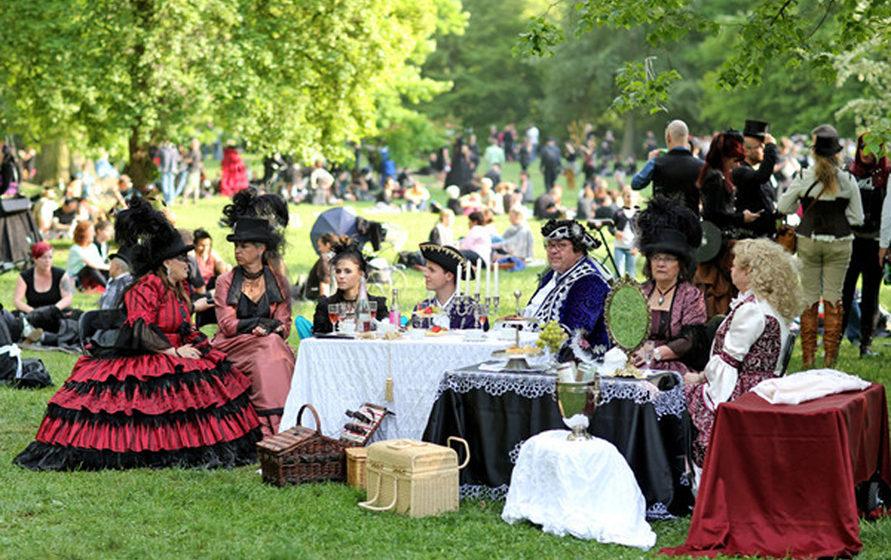 Eine barocke Adelsfamilie sitzt zum Viktorianischen Picknick während des Wave-Gotik-Treffens (WGT) am 13.05.2016 im Clara-Ze