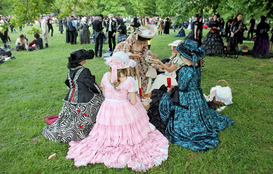 Barocke Adelsdamen sitzen zum Viktorianischen Picknick während des Wave-Gotik-Treffens (WGT) am 13.05.2016 im Clara-Zetkin-P
