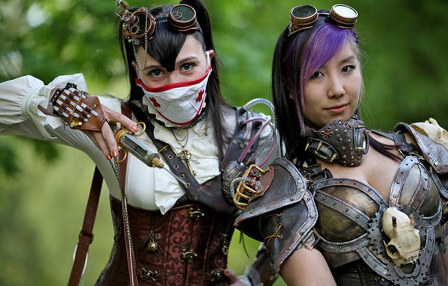 Die beiden Steampunks Carolin aus Chemnitz (l) und Silvia aus Hamburg posieren während des Wave-Gotik-Treffens (WGT) am 13.0
