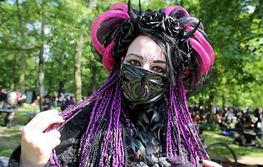 Cybergoth Cindy aus Moers, Besucherin des Wave-Gotik-Treffens (WGT), steht am 13.05.2016 im Clara-Zetkin-Park in Leipzig (Sac