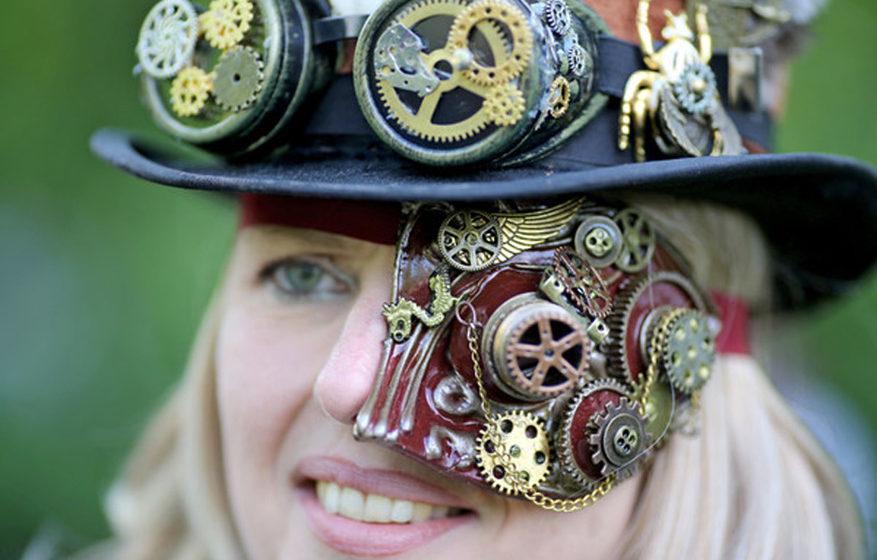Steampunk Tanja aus Heppenheim steht während des Wave-Gotik-Treffens (WGT) am 13.05.2016 im Clara-Zetkin-Park in Leipzig (Sa