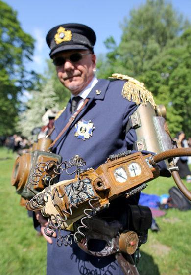 Steampunk Thomas aus Dresden steht während des Wave-Gotik-Treffens (WGT) am 13.05.2016 im Clara-Zetkin-Park in Leipzig (Sach