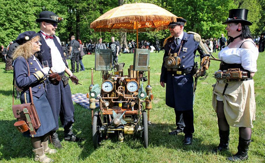 Steampunks aus Dresden stehen während des Wave-Gotik-Treffens (WGT) am 13.05.2016 um ihre 'Nautilaus' im Clara-Zetkin-Park i