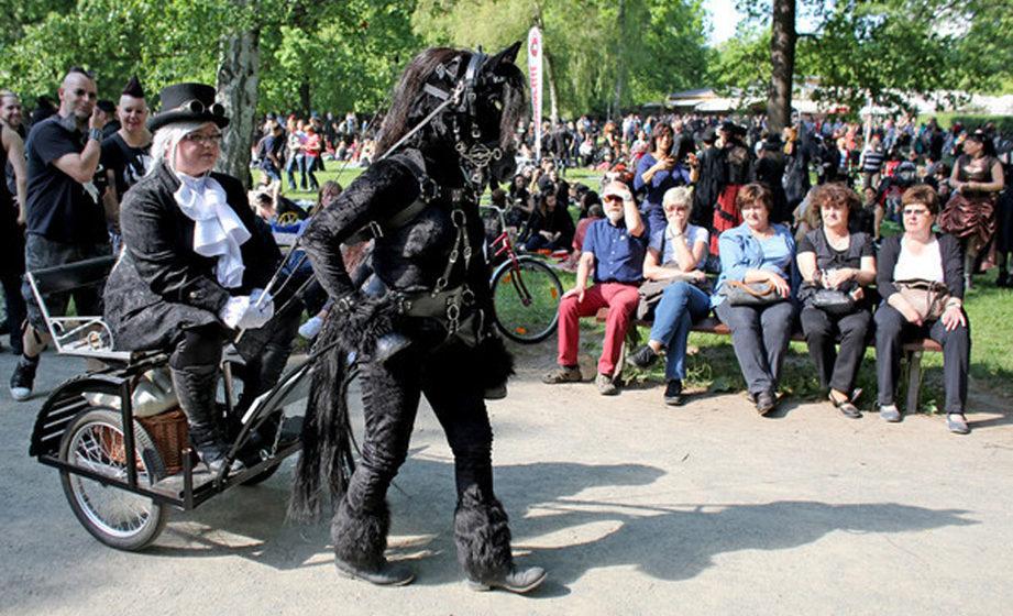 Eine Besucherin des Wave-Gotik-Treffens (WGT) lässt sich von einem menschlichen Pferd am 13.05.2016 durch den Clara-Zetkin-P