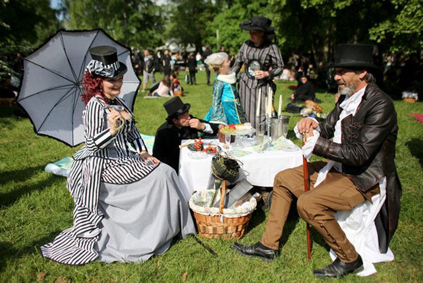 dpatopbilder - Vertreter 'verarmten Adels' aus Hohentekla und Schmannewitz sitzen während des Viktorianischen Picknicks am 1
