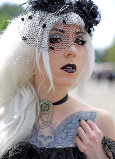 Anna aus Augsburg, Besucherin des Wave-Gotik-Treffens (WGT), steht mit einem Tattoo auf der Brust am 13.05.2016 in Leipzig (S