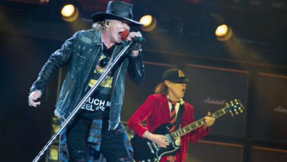 Axl Rose (l), Imterimssänger der australischen Band AC/DC, und Gitarrist Angus Young stehen am 26.05.2016 in Hamburg auf der