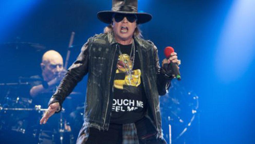 Axl Rose (l), Imterimssänger der australischen Band AC/DC, steht am 26.05.2016 in Hamburg auf der Bühne der Volksparkarena.
