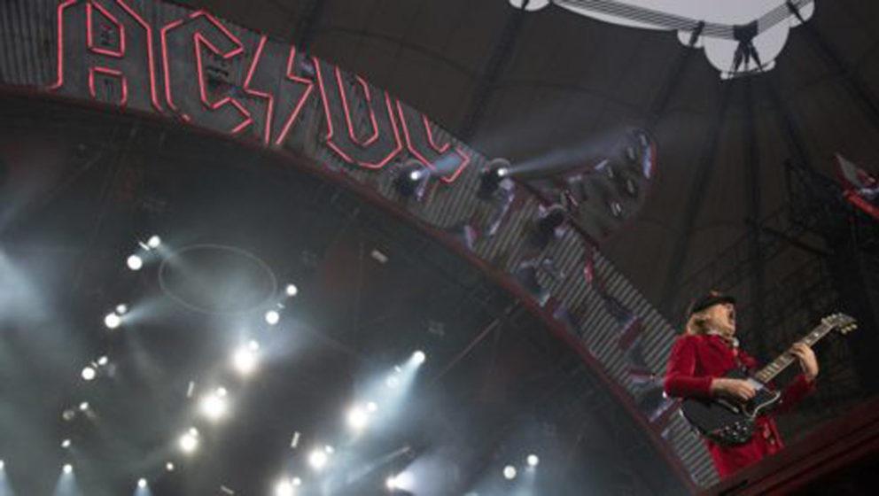 Angus Young, Gitarrist der Band AC/DC, steht am 26.05.2016 in Hamburg auf der Bühne der Volksparkarena. Die Hard-Rocker spie