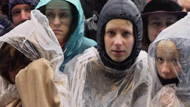 Besucher des Open-Air-Festivals 'Rock am Ring' haben sich am Samstag (02.06.2001) am N¸rburgring zum Teil in Plastik eingewi