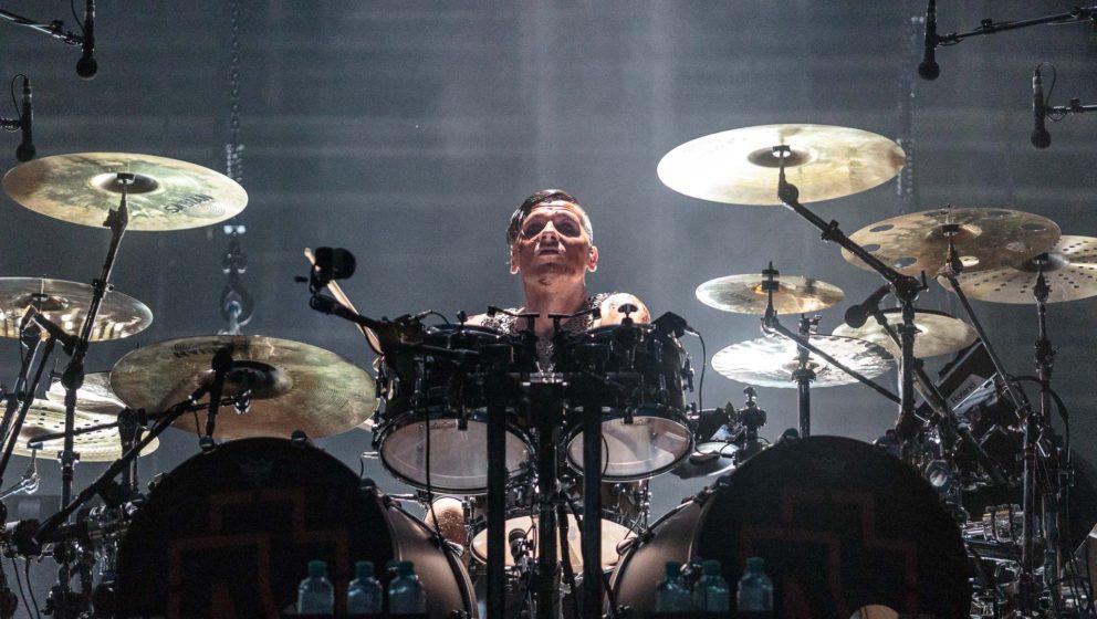 """Christoph """"Doom"""" Schneider hinter seinem Schlagzeug."""