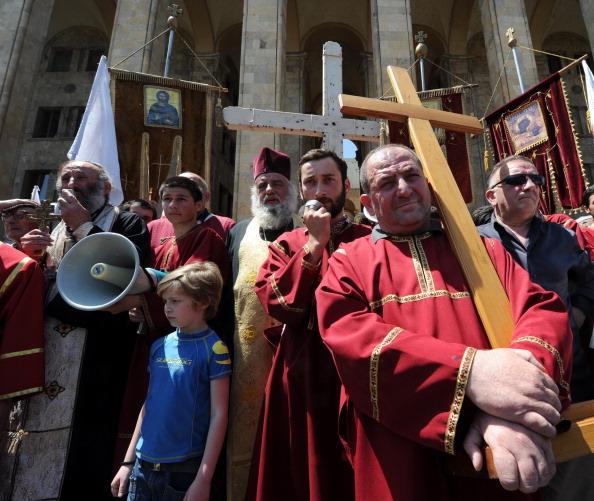 Orthodoxe Priester in Georgien protestieren gegen eine Veranstaltung der LGBT-Bewegung.